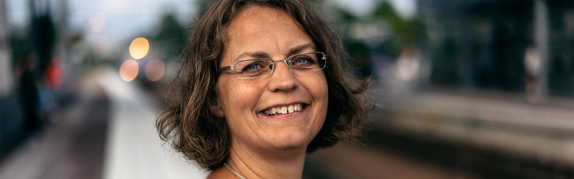 Helle Zetterberg är glad på perrongen